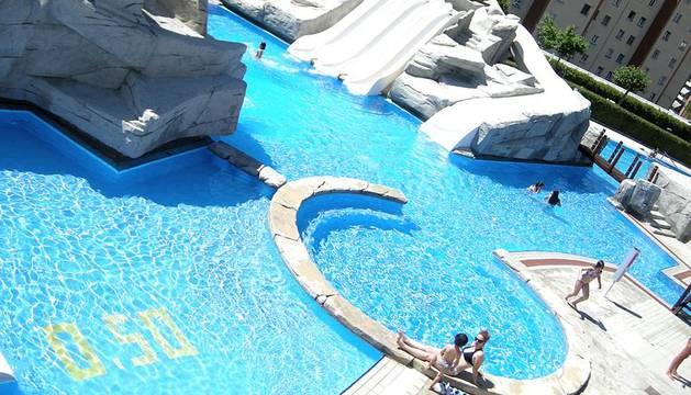 Bañistas en las piscinas de Guelbenzu y Larrabide