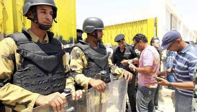 Soldados egipcios resguardan un colegio electoral