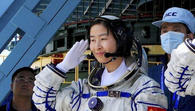 Liu Wang, la primera mujer astronauta china en salir al espacio, posa ante los medios durante un ensayo del lanzamiento de la nave 'Shenzhou-9
