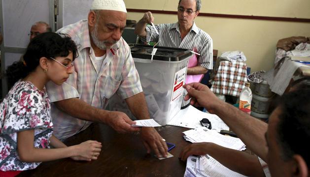 Un hombre se registra para ejercer su derecho al voto en El Cairo