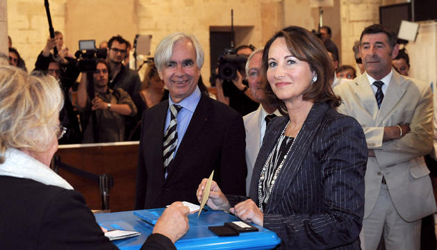 Segolene Royal vota en la segunda ronda de las elecciones legislativas francesas