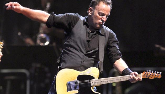 El cantante estadounidense Bruce Springsteen en un momento de su actuación en el concierto, que ha dado junto a la E-Street Band, con el que cierra su gira por España en el estadio Santiago Bernabéu de Madrid