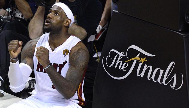 El jugador de Miami Heat LeBron James reacciona ante una falta contra Oklahoma City Thunder durante el tercer encuentro de la final de la NBA en el American Airlines Arena de Miami, Florida (EE.UU)