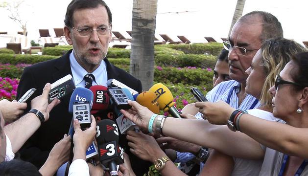 El presidente del gobierno español,Mariano Rajoy , habla con los medios a su llegada al hotel donde pernoctará en la ciudad de Los Cabos, México, donde acudirá a la Cumbre del G20