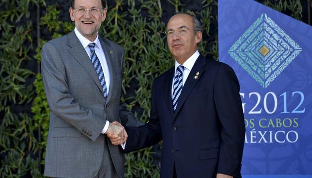 Foto facilitada por Presidencia del Gobierbo del presidente del Gobierno español, Mariano Rajoy, al ser recibido por el presidente de México, Felipe Calderón