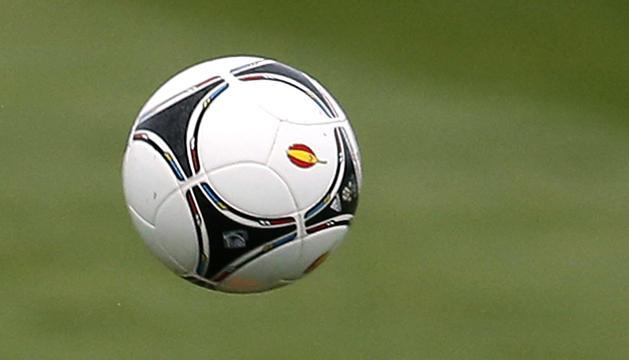 El delantero de la selección española, Fernando Torres, cabecea el balón durante una sesión de entrenamiento de España en la localidad polaca de Gniewino