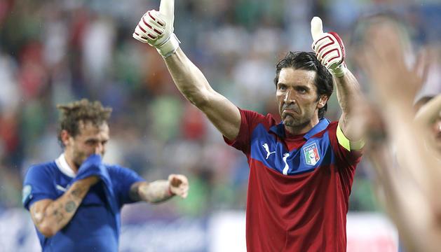 El meta de Italia, Gianluigi Buffon, agradece el apoyo de los aficionados tras el partido contra la República de Irlanda