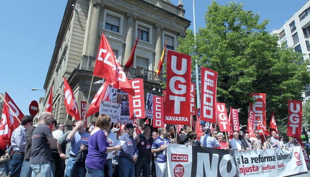 Manifestación previa de UGT y CC OO frente a la Delegación de Gobierno de Navarra en mayo