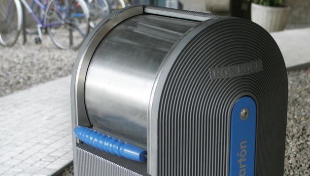 Contendeor de reciclaje de papel y cartón