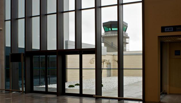 La nueva torre de control, vista desde el aeropuerto de Noáin