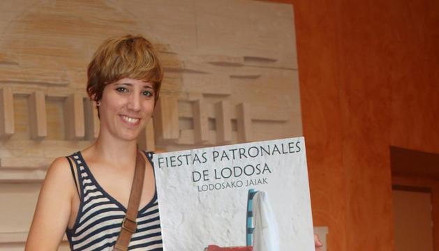 Mireia Lana Baigorri con el cartel ganador