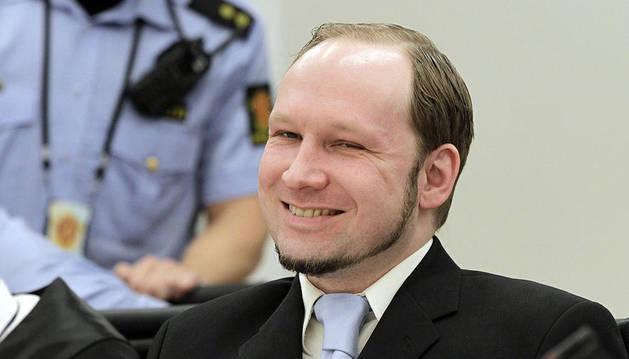 Anders Behring Breivik sonríe durante el juicio