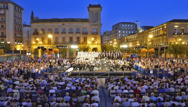 Concierto pasado de La Pamplonesa y el Orfeón Pamplonés en la Plaza del Castillo
