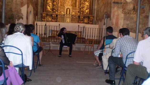 Concierto de acordeón en la iglesia de San Esteban de Yesa