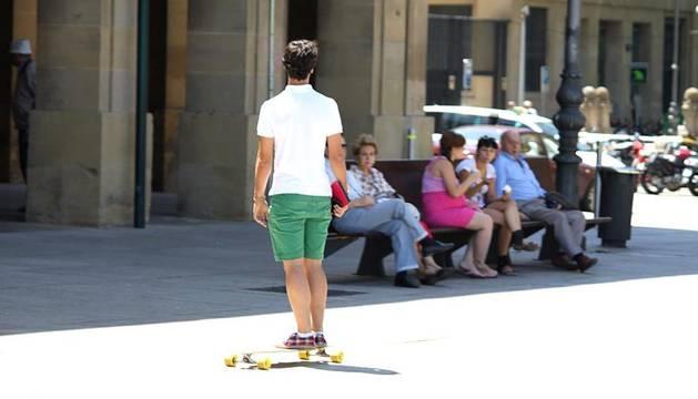 La ola de calor que está afectando esta semana a la mayor parte de la Península se está dejando sentir en Navarra. Después de un lunes de altas temperaturas, este martes seguirá aumentando el calor con máximas de hasta 36 grados en la Ribera. DN.ES