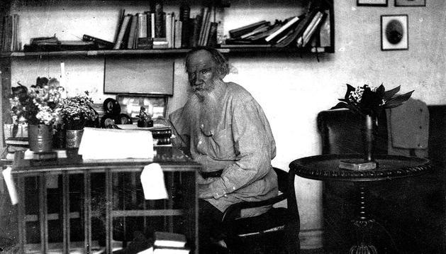 Imagen cedida por Fórcola Ediciones del escritor León Tolstoi en la finca rural de Yasnaia Poliana, donde vivió los últimos 20 años de su vida