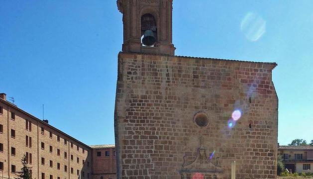 Una visita guiada en el arranque al pie del castillo en 2006 frente a Santa María Jus del Castillo