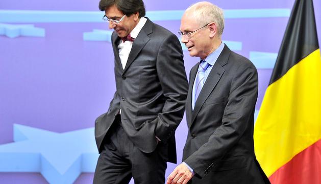 El presidente de turno del Consejo Europeo, Herman van Rompuy (dcha.) junto al primer ministro belha, Elio Di Rupo, en Bruselas