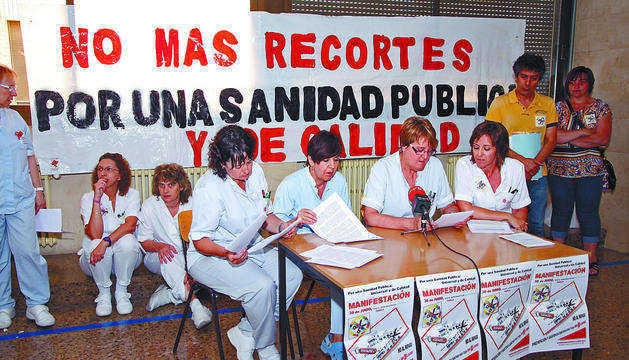Mamen Martín -3ª por la izda-, habla junto a sus compañeras