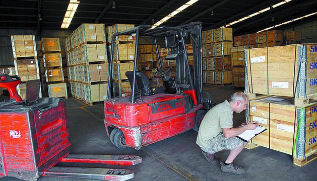 Un operario anota las referencias de una partida de mercancía en un almacén de Tudela