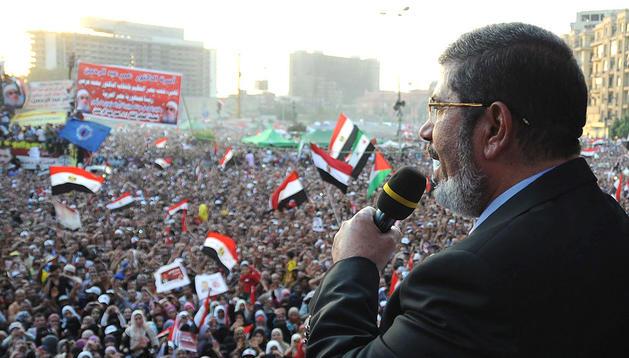 El presidente de Egipto, Mohamed Morsi, habla a la multitud