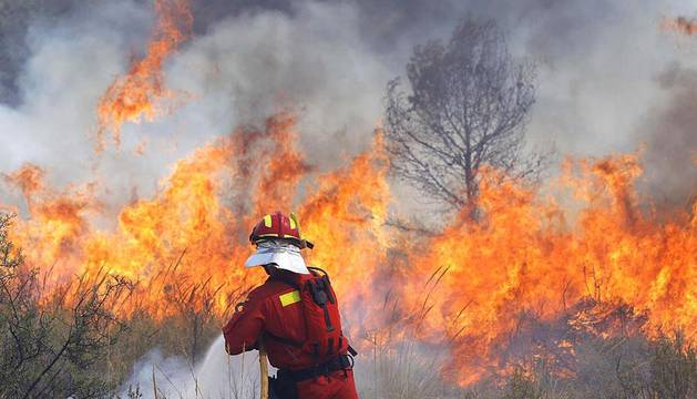 Los incendios forestales en las localidades valencianas de Cortes de Pallás y Andilla han arrasado miles de hectáreas y han obligado al desalojar a centenares de personas.