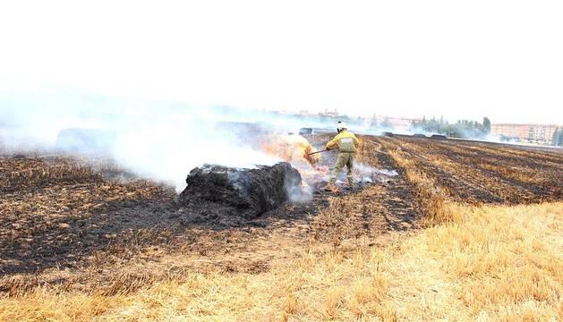 El fuego ha afectado a un terreno de rastrojo situado en el límite entre Pamplona y Burlada, próximo al colegio Irabia.