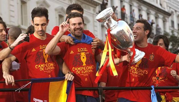 Miles de aficionados esperaron a los campeones de Europa en la Plaza de Cibeles de Madrid y permanecieron con ellos durante la celebración del nuevo título de 'La Roja'