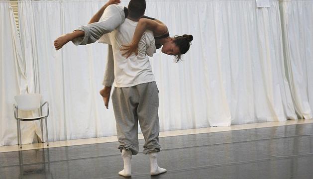Dos miembros de la compañía de danza