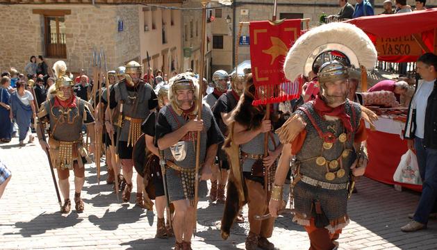 El ejército de soldados romanos desfila por las calles de Mendigorría