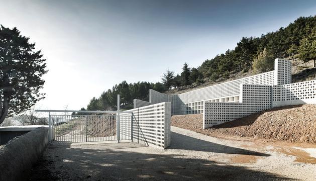 Imagen del cementerio municipal de Añorbe, obra de ampliación llevada a cabo por MRM Arquitectos, estudio de Miguel Alonso Flamarique, Roberto Erviti Machain y Mamen Escorihuela Vitales
