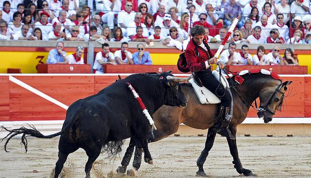El estellés Pablo Hermoso de Mendoza sortea a uno de los toros durante el festejo de la Feria del Toro 2012 del día 6