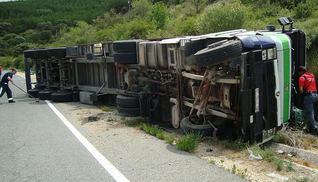 Imagen del camión volcado en la carretera.