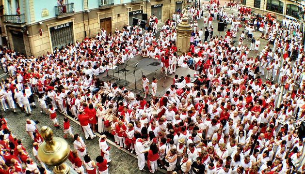 Gente esperando el paso de la procesión en la Plaza del Consejo