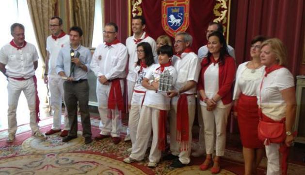 Los premiados, con el alcade y concejales