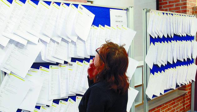 Una persona consulta ofertas en una oficina del SNE