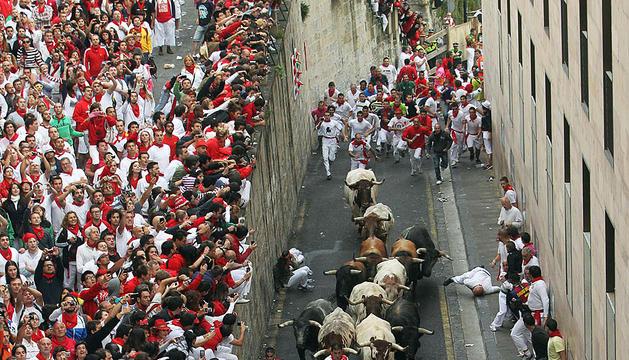 La manada de los Miura ascienden por la cuesta de Santo Domingo durante el segundo encierro de los Sanfermines 2012