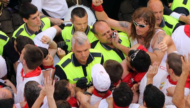 Con el puño en alto, Mikel A.M., detenido ayer por agentes de la Policía Municipal de Pamplona