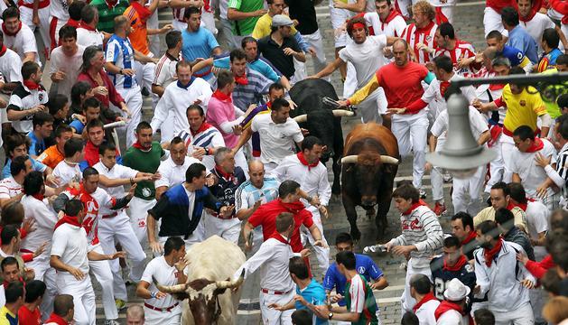 La manda de los Cebada Gago transcurren por la calle Estafeta con el toro colorado Juguetero encabezando la manada