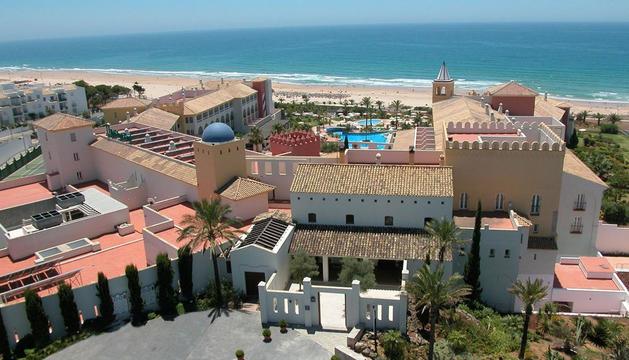 Los hoteles de costa han subido sus precios durante julio, mientras los de interior han bajado sus tarifas, según un estudio de Trivago
