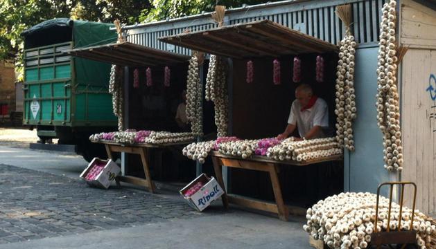 Venta de ajos en la plaza de Recoletas de Pamplona