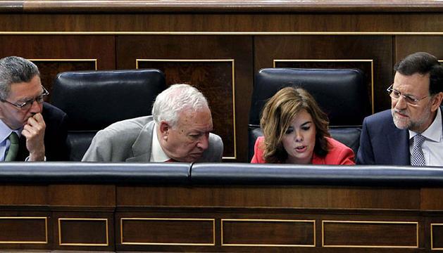 Mariano Rajoy, junto al ministro de Justicia, Alberto Ruiz-Gallardón (i), el ministro de Asuntos Exteriores y Cooperación, José Manuel García-Margallo (2i), y la vicepresidenta Soraya Sáenz de Santamaría.