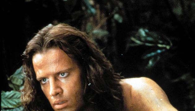 El actor Christopher Lambert interpretando a Tarzán