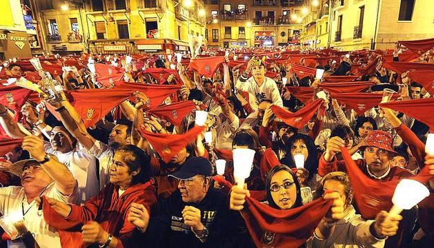 Miles de personas se congregaron en la plaza consistorial para despedir una año más las fiestas de San Fermín, con el tradicional canto Pobre de mí