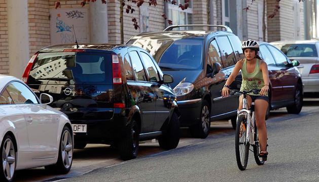 Una joven pasea antes de ayer con la bicicleta por el barrio de Mendillorri