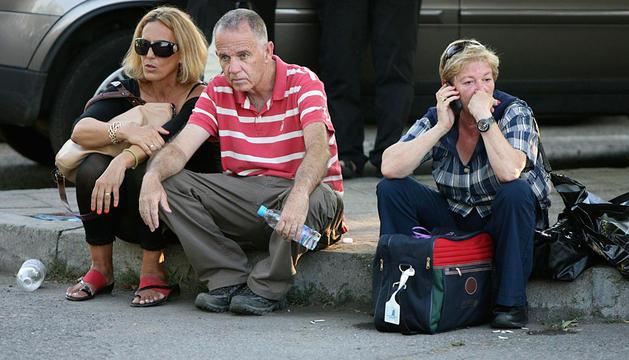 Pasajeros en el aeropuerto de Burgas tras la explosión