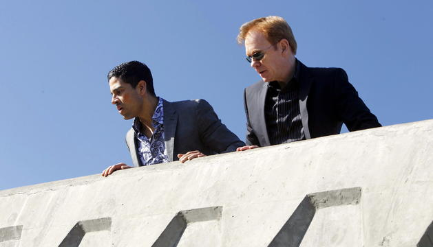 Fotografía cedida de Eric Delko (Adam Rodriguez) (i) y Horatio Caine (David Caruso) en una escena de la última temporada de CSI: Miami