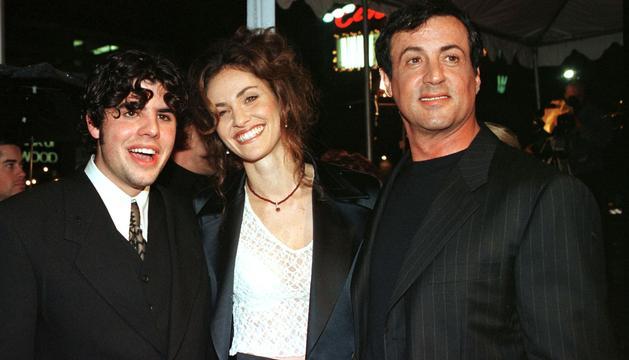 Sage Stallone junto a Amy Brenneman y su padre, Sylvester