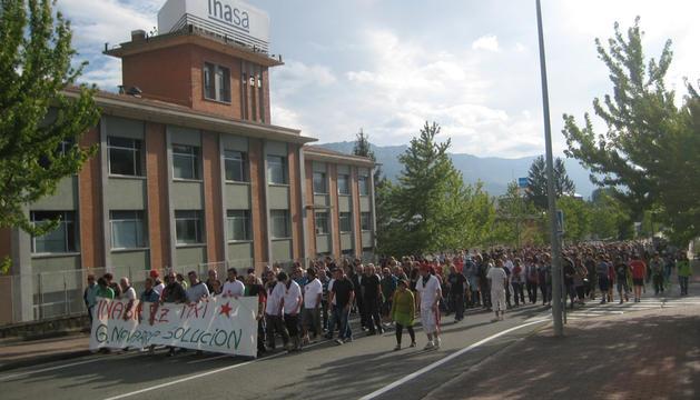 Imagen de la manifestación que discurrió ayer por Irurtzun, a su paso por la factoría de Inasa