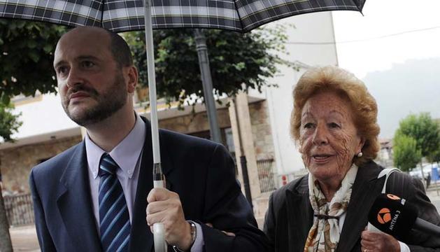 Menchu Álvarez del Valle, junto a su abogado